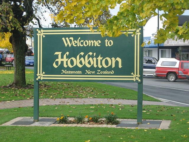 640px-EN-Hobbiton-Matamata-NZ-Attribution-Share-Alike25