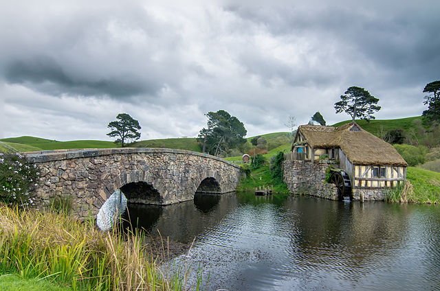 Hobbiton_mill_and_double-arched_bridge