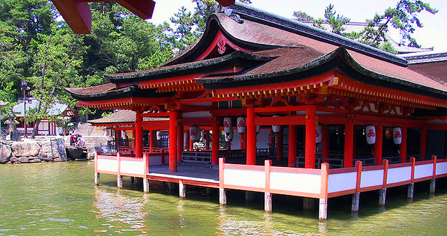 640px-Itsukushima_floating_shrine.jpg