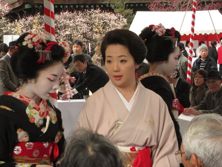 800px-geisha-and-two-maiko