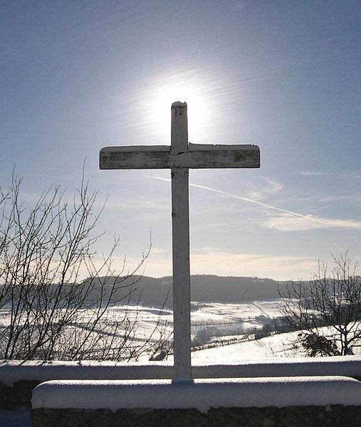 507px-Croix-sous-neige
