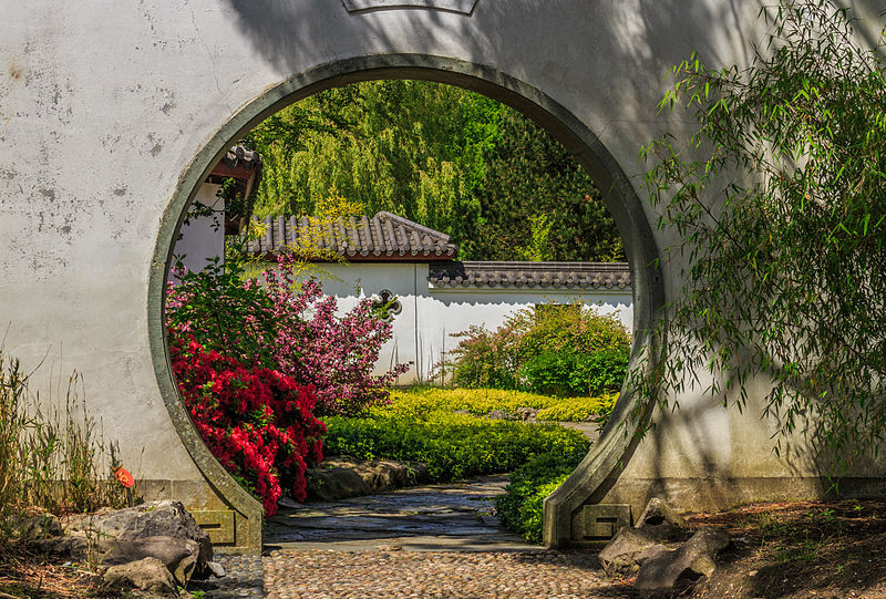 800px-Doorgang_in_muur._Locatie,_Chinese_tuin_Het_Verborgen_Rijk_van_Ming._Locatie._Hortus_Haren_01