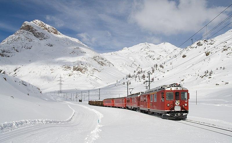 800px-Berninabahn_zwischen_Lagalb_und_Ospizio_Bernina_im_Winter