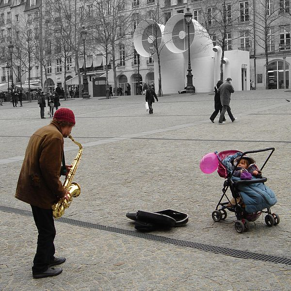 600px-Street_musician_in_Paris,_March_4,_2006