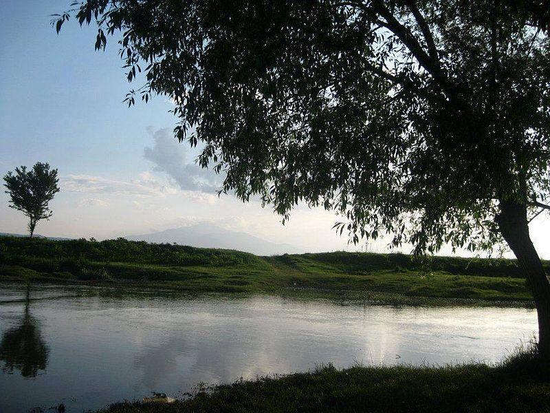 800px-Walk around a lake